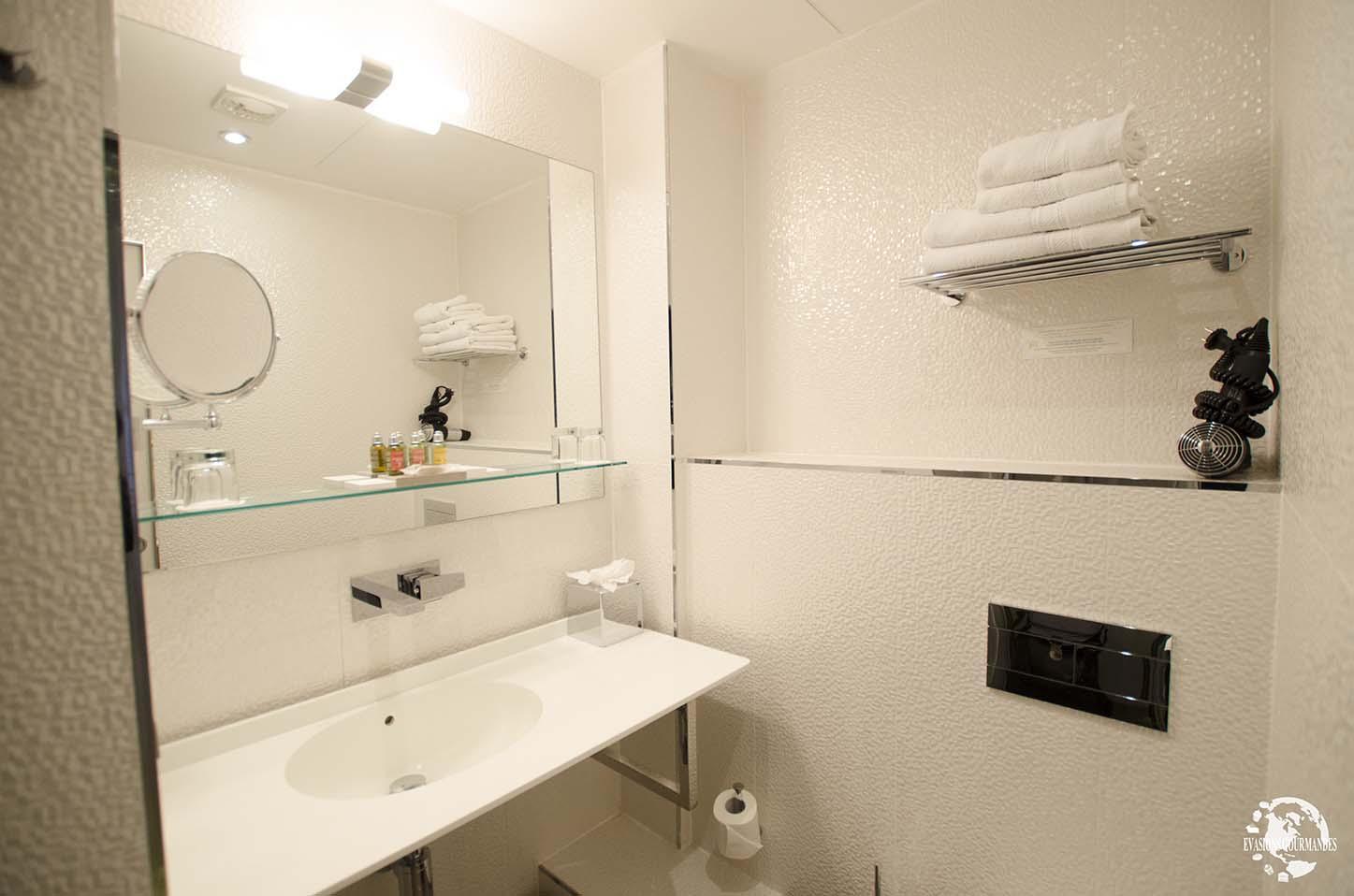 Salle bain legend hotel paris evasions gourmandes for Salle bain hotel